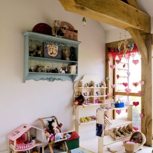 Część zabawek pochodzi jeszcze z czasów dzieciństwa właścicieli, resztę dobrali na Ebayu i w innych sklepach. Ulubioną zabawką Marni jest drewniany sklepik w nieco rustykalnym stylu. Fot. Poly Eltes/Narratives.