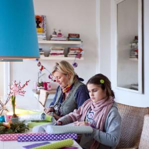 Charlotte, jak każda mama, lubi spędzać czas z dziećmi, zwłaszcza na robieniu dekoracji, które są jej prawdziwą pasją. W długie zimowe wieczory to najlepsza domowa rozrywka. Fot. Sian Williams/Narratives.