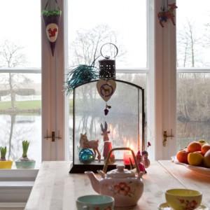 Niebanalne dekoracje domu to pokłosie licznych podróży Charlotte i jej męża, którzy z każdej wędrówki przywożą drobiazgi zdobiące wnętrza. Tym co je łączy jest kolor, prawdziwa fascynacja pani domu. Fot. Sian Williams/Narratives.