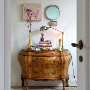 Rzeźbiona komódka to rodzinna pamiątka męża Charlotte, przywieziona z Francji. Dekoracje miały w założeniu podkreślać delikatne piękno naturalnego drewna mebla. Fot. Sian Williams/Narratives.