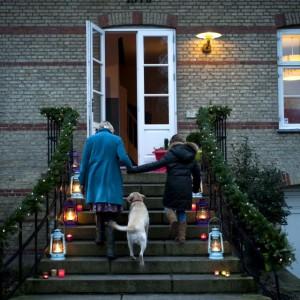 Kolorowe lampiony i świece to radosne zaproszenie do zabytkowego, pełnego historii, a jednak żyjącego pełnią życia domu. Fot. Sian Williams/Narratives.