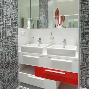 Przestrzeń w łazience na piętrze zorganizowano tak, aby mogły z niej jednocześnie korzystać dwie osoby. Znajduje się tu zarówno wanna, jak i prysznic oraz osobna umywalka dla każdego. Fot. Bartosz Jarosz.