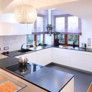 Minimalną ilość szafek wiszący rekompensują dolne półki. Świetlik na górze i duże okna sprawiają, że kuchnia jest świetnie doświetlona w ciągu dnia. Fot. Bartosz Jarosz.