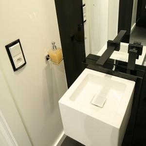 Do białej umywalki (Alape) dobrano baterię podtynkową w czarnym, satynowym wykończeniu. Oba elementy zestawu wyróżnia prosta, a zarazem efektowna linia i geometryczna forma. Fot. Bartosz Jarosz.