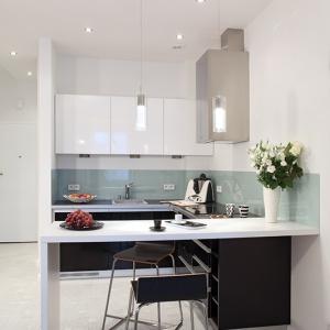 Jednolita w całym mieszkaniu podłoga o czarno-białym wzorze jest konsekwencją zastosowania  bieli oraz czerni jako głównego motywu aranżacji wnętrza. Fot. Monika Filipiuk-Obałek.