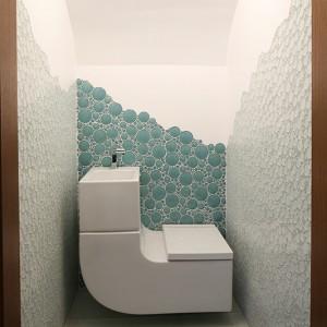 Wyposażenie toalety stanowi jeden unikalny przedmiot w kształcie litery L. Łączy on sedes z umywalką. Doskonałe do małych wnętrz! Fot. Bartosz Jarosz.