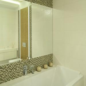 Wygodny zagłówek wanny (Duravit) gwarantuje komfortową kąpiel. Duże lustro to rozwiązanie, które optycznie powiększa łazienkę. Fot. Bartosz Jarosz.