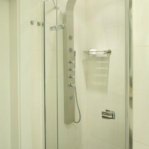Kabina (Hüppe) z panelem prysznicowo-hydromasażowym jest minimalistyczna i nie przytłacza przestrzeni nadmiarem formy. Fot. Bartosz Jarosz.