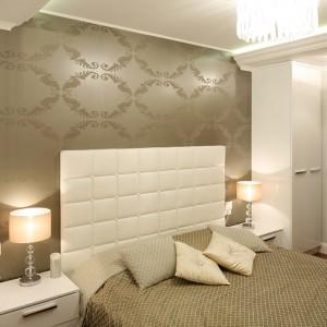 Konwencja glamour w sypialni to zasługa skrzętnie dobranych dodatków. Zwiewna i stylowa ozdoba okna wykonana według projektu architekt bardzo  ociepla pomieszczenie. Fot. Bartosz Jarosz.