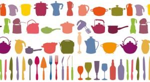 Sztućce, łopatki, chochelki, kafeterki, podstawki do jajek i dziesiątki drobiazgów, które zwykle chowamy w szufladach, zestawione razem tworzą collage z charakterem i humorem – na ścianach, przedmiotach, tkaninach.