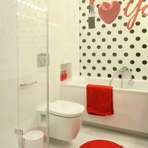 Prywatna łazienka właścicielki ulokowana została tuż przy głównej sypialni. To niepodzielne królestwo kobiecości. Rządzą tu figlarne groszki, subtelna biel i uwodzicielska czerwień pomadki. Fot. Bartosz Jarosz.