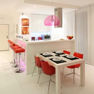 Kuchnia, sprawdza się nie tylko jako  miejsce codziennego przyrządzania posiłków. Jest także integralną częścią strefy dziennej zdominowanej przez kolor biały. Fot. Bartosz Jarosz.