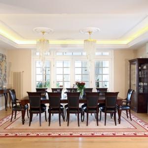 Na nawiązujący do staropolskiej tradycji wystrój jadalni składają się drewniane meble o klasycznych kształtach, m.in. wykonany na zamówienie intarsjowany stół  (dł. 3,5 m) oraz tapicerowane krzesła (wyrób ręczny; Włochy). Fot. Monika Filipiuk-Obałek.