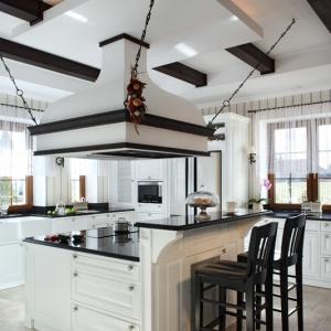 Wyspa, będąca wygodnym, funkcjonalnym miejscem przyrządzania posiłków, gotowania i pieczenia, znajduje się w centralnym punkcie kuchni. Połączona została z barem śniadaniowym. Fot. Monika Filipiuk-Obałek.