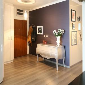 Korytarz to wizytówka mieszkania. Ten, podobnie jak całe wnętrze, jest elegancki i stylowy. Szafa o zaoblonych krawędziach (po prawej) mieści  nie tylko odzież wierzchnią i obuwie, ale także - w części środkowej – pralkę. Fot. Bartosz Jarosz.