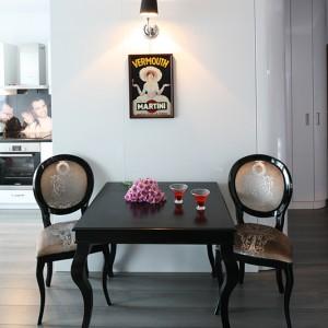 W kąciku jadalnianym jest miejsce dla dwóch osób. Dębowy stół w wybarwieniu wenge został wykonany na zamówienie przez wrocławską firmę Megan Design; krzesła tapicerowane wybranym materiałem z oferty firmy Meblonowak. Fot. Bartosz Jarosz.