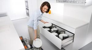 Wysuwane cargo z półeczkami, specjalne ograniczniki w szufladach, antypoślizgowe maty – praktycznych sposobów na wygodne i bezpieczne przechowywanie zastawy stołowej jest sporo.