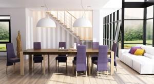 Mamy już stół. Pora na wybór krzeseł. Zadanie to, choć przyjemne, wcale nie będzie łatwe. Ilość dostępnych wzorów, kolorów, kształtów i materiałów jest praktycznie nieograniczona. I to dosłownie!