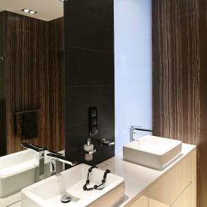 Matowa szyba, widoczna także w sypialni, wpuszcza do wnętrza łazienki odrobinę naturalnego światłą. Fot. Bartosz Jarosz.