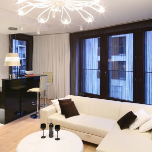 Duże okna zapewniają strefie dziennej stałą dawkę naturalnego światła, dodatkowo rozświetlając już i tak jasny, ciepły salon. Fot. Bartosz Jarosz.