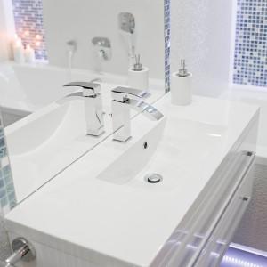 Biel dominuje we wnętrzu. Na wyposażenie eleganckiej łazienki składa się m.in. biała szafka (z oferty Antado) w komplecie z umywalką, do której dobrano baterię z oferty Deante; wanna firmy PoolSpa. Fot. Marta i Michał Rudiak.