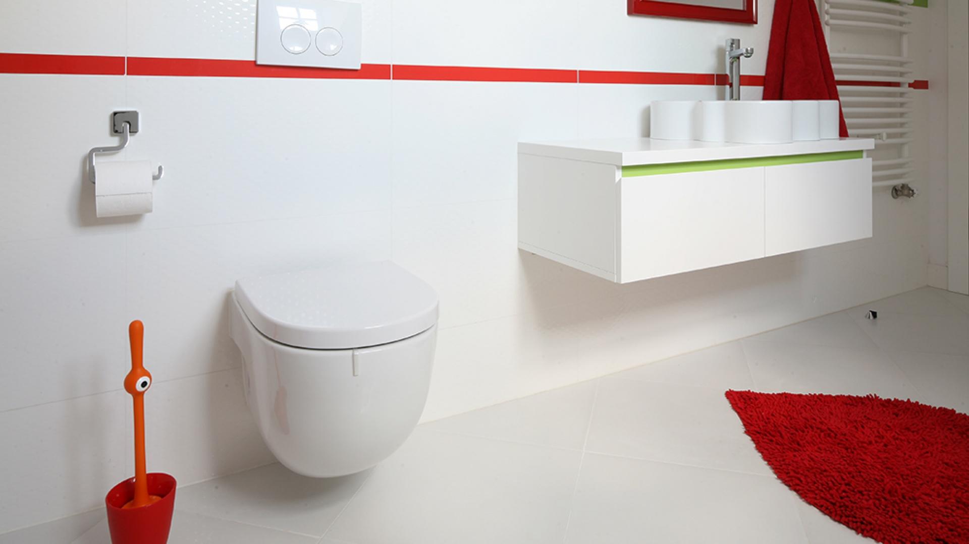 Nawet listwa pod blatem, wykonanej na zamówienie, szafki łazienkowej (z MDF-u) została polakierowana na kolor zielony. Pasuje do akcentów na ścianie oraz wnętrza umywalki. Grzejnik z oferty firmy Terma. Fot. Bartosz Jarosz.