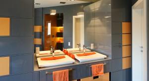 Oczekiwania stylistyczne dzieci co do planowanych dla nich pomieszczeń rzadko pokrywają się z tym czego w strefie dziennej domu oczekują ich rodzice. Tak było w przypadku łazienki dla dwóch nastolatków. W rezultacie stała się