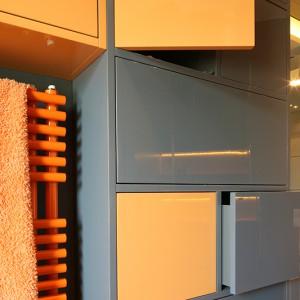 Zabudowa meblowa to prawdziwa układanka: różnej wielkości szafki i szuflady oferują miejsce na wszelkiego rodzaju drobiazgi i organizują powierzchnię przechowywania. Wszystkie fronty otwierają się przez  naciśnięcie. Fot. Bartosz Jarosz.