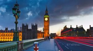… uliczny zgiełk, światła wielkich miast i ich zabytki fascynują projektantów. Londyńskie City, Big Ben, mapy to supermodne motywy w dekoracji