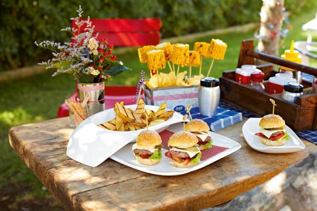 Letnie słońce sprzyja posiłkom na świeżym powietrzu. Czy to na pikniku czy we własnym ogrodzie naczynia z porcelany, melaminy i szkła w energetyzujących kolorach podkreślą urok lata.