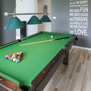 Pokój do gry w bilard znajduje się obok salonu (oddziela je niepełna ścianka) tak, aby można było z niego korzystać nie oddalając się od strefy dziennej. Fot. Bartosz Jarosz.