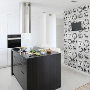 Designerska tapeta z wizerunkiem śpiewaczki Liny, będąca dziełem słynnego projektanta Piero Fornasettiego to jedyny akcent dekoracyjny w kuchni. Doskonale wkomponowała się w całą aranżację. Fot. Bartosz Jarosz.
