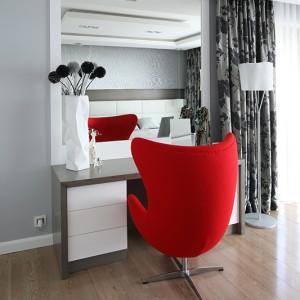 W sypialni dominuje kolor szary, połączony z bielą i dodatkiem intensywnej czerwieni. Fot. Bartosz Jarosz.