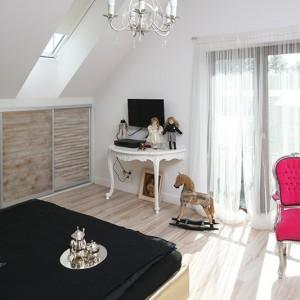 Skosy okazały się bardzo przydatne. Zostały wykorzystane na pojemne szafy, których fronty wykonano z drewnianych paneli (ręcznie malowanych i przecieranych najpierw na kolor złota, a następnie biały). Fot. Bartosz Jarosz.