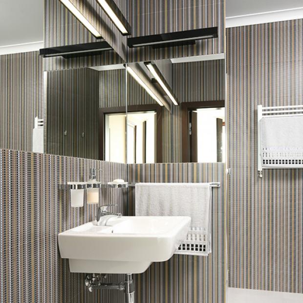Łazienka w paski: nietypowy pomysł na ścianę
