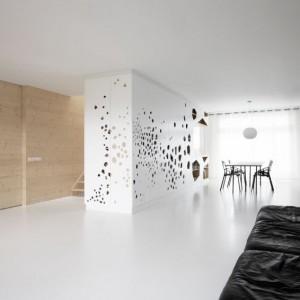 Posadzki epoksydowe zastosowane w salonie i kuchni sprawiają, że podłoga wygląda, jakby była jednolitą powierzchnią przypominającą taflę lodu. Na tym piętrze oprócz salonu oraz kuchni w narożach mieszkania znajdują się także dwie dziecięce sypialnie. Fot. i29 l interior architects.