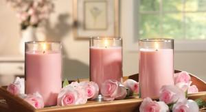 Zapach róż, blask świec i żywe kwiaty w wazonie z pewnością wprawią w odpowiedni nastrój i pozwolą cieszyć się urokiem własnej sypialni o każdej porze roku.