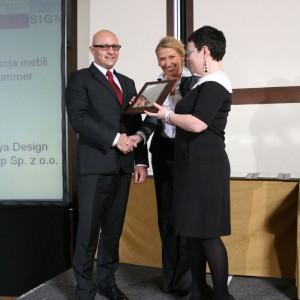 Nagrodę za kolekcję mebli Summer odbiera Marek Radkowski, prezes zarządu firmy Caya Design.