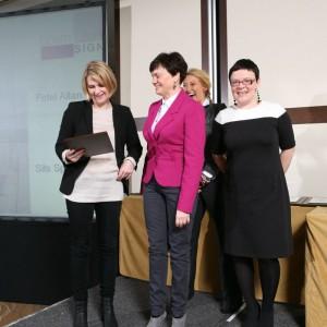 Lucyna Przyziółkowska i Katarzyna Jakubowska, przedstawicielki firmy Sits odebrały nagrodę za fotel Allan.