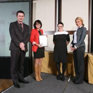 Firma Szynaka Meble otrzymała nagrodę za kolekcję mebli do jadalni Dover. Na zdjęciu Justyna Zielińska i Marek Smoliński, przedstawiciele firmy.