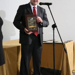 Marek Fedoruk, przedstawiciel marki Pol-Skone z nagrodą za drzwi wewnętrzne L-Projekt.