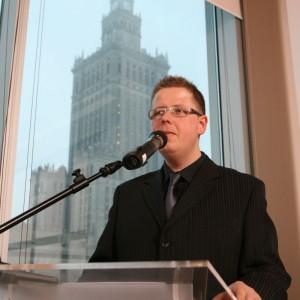 Prowadzący galę Maciej Aronowicz z Wydawnictwa Publikator.