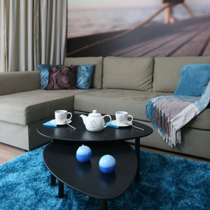 Kanapa narożna zapewni zarówno słodką chwilę odpoczynku przy filiżance kawy, jak i spokojny, wygodny sen (wystarczy ją rozłożyć). Fot. Bartosz Jarosz.