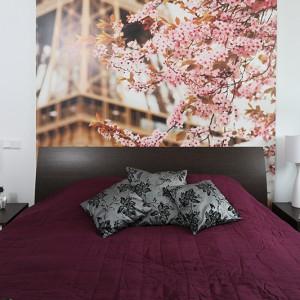 Przytulna, pachnąca kwiatami sypialnia z dużym, wygodnym łóżkiem, gwarantuje słodki odpoczynek każdego dnia. A pojemna szafa zapewnia  wystarczającą ilość miejsca na schowanie całej kobiecej, wcale nie małej, garderoby. Fot. Bartosz Jarosz.