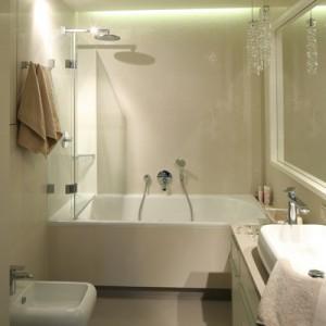 Łazienka została dokładnie dopasowana do oczekiwań właścicielki. Właśnie dlatego pojawiła się tu wanna z funkcją prysznica (z deszczownicą), bidet z wc i duża, wygodna umywalka. Fot. Bartosz Jarosz.