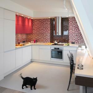Kuchnia w iście salonowej oprawie jest także pod każdym względem funkcjonalna. Intensywny, wręcz ekspresyjny kolor fuksji nadaje fantazyjny  wymiar całej aranżacji. Fot. Bartosz Jarosz.