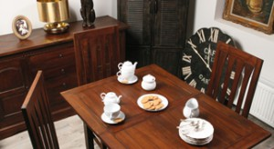 Z łatwością możemy przenieść podróżnicze klimaty do własnego domu, a wspomogą nas w tym niezastąpieni przyjaciele – drewniane meble i unikalne dodatki