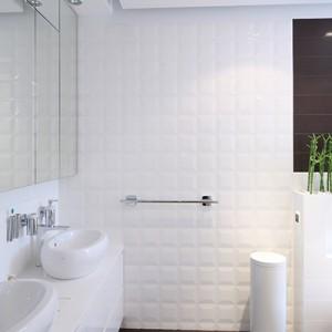 W przestronnej  łazience wyodrębniono oddzielną strefę umywalkową, z której równocześnie mogą korzystać dwie osoby. Duże, surowe tafle luster kryją za sobą pojemne szafki. Fot. Bartosz Jarosz.