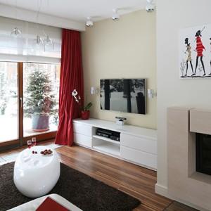 Wyposażenie salonu ograniczono do minimum. Na przeciwko kanapy usytuowana niską szafkę na RTV – to jedyny mebel w tej strefie. Fot. Bartosz Jarosz.