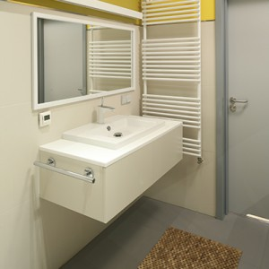 Szafka podumywalkowa oferuje szuflady na łazienkowe akcesoria oraz reling. Ręcznik można też wysuszyć na grzejniku obok. Fot. Bartosz Jarosz.